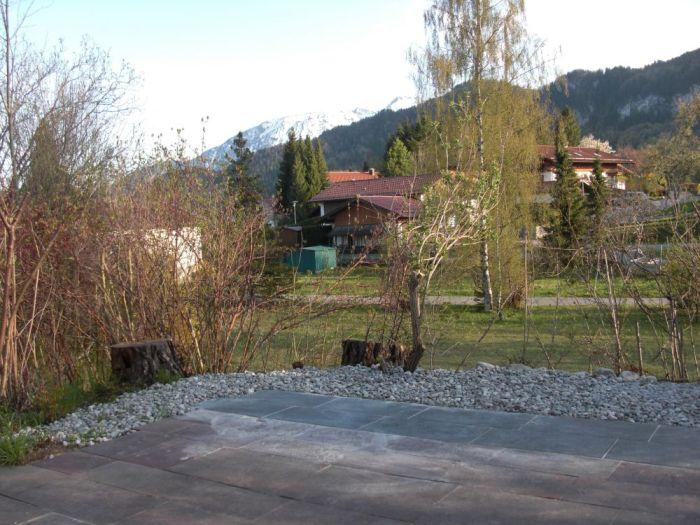 Terrasse in den Süden:Eine sehr große Terrasse bietet genügend Platz für Liegestühle und Gartentisch. Blick auf den
