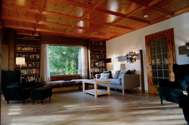 großzügiges Wohnzimmer:Eine alpenländische Besonderheit: die Zirbenholz-Kassettendecke