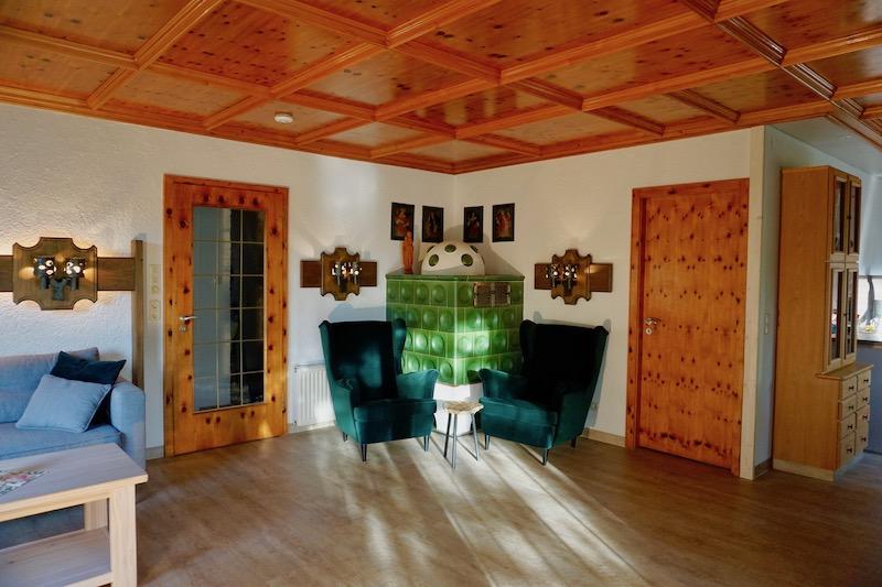Wohnzimmer:Gemütliche Sitzecke am Kachelofen