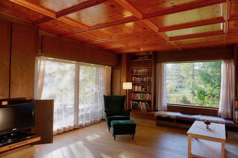 Wohnzimmer zur Terrasse :Die Glasfront nach Süden führt auf die Terrasse