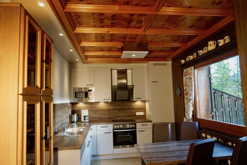 Küche mit Essplatz:Vom Essplatz hat man Aussicht auf den Falkenstein