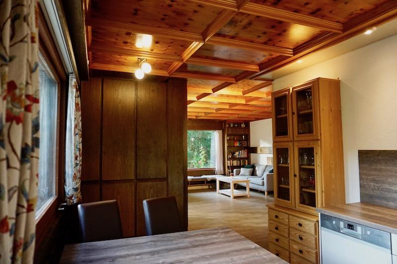 Küche :Blick vom Essplatz ins Wohnzimmer