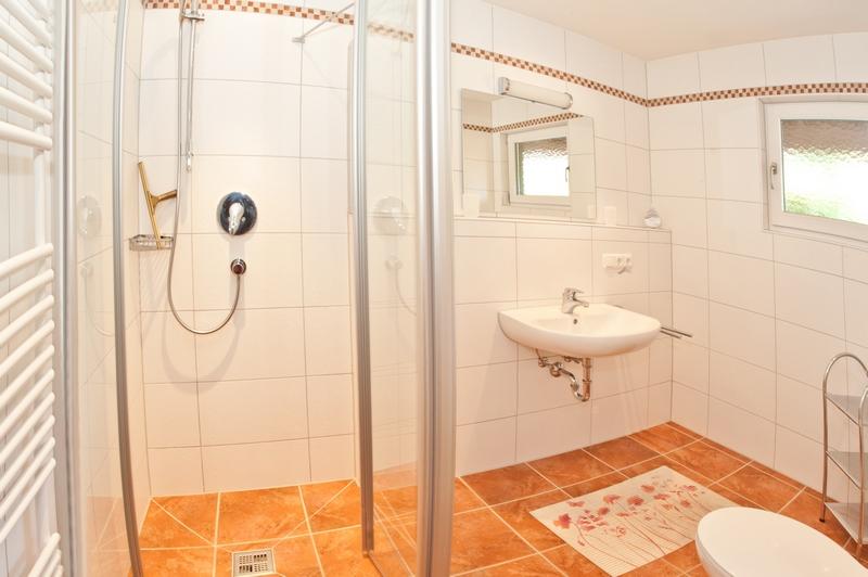 Bad mit Dusche und WC:Das Bad wurde 2013 komplett renoviert.
