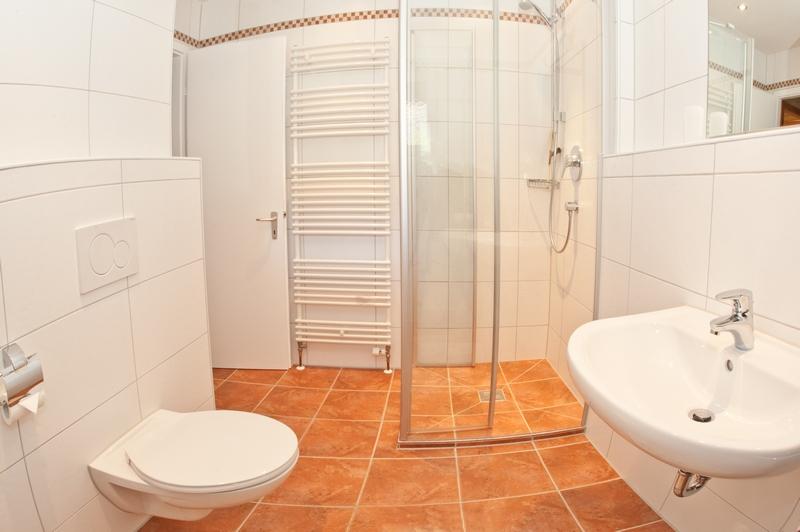 Bad:Die Dusche verfügt über einen bequemen ebenerdigen Einstieg.
