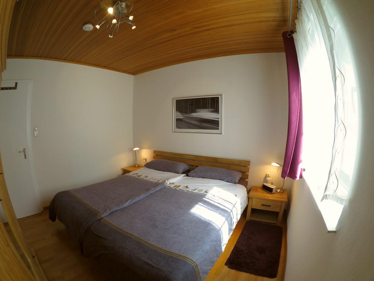 Elternschlafzimmer:Vorhänge, Verdunkelungsrollos, Mückennetz