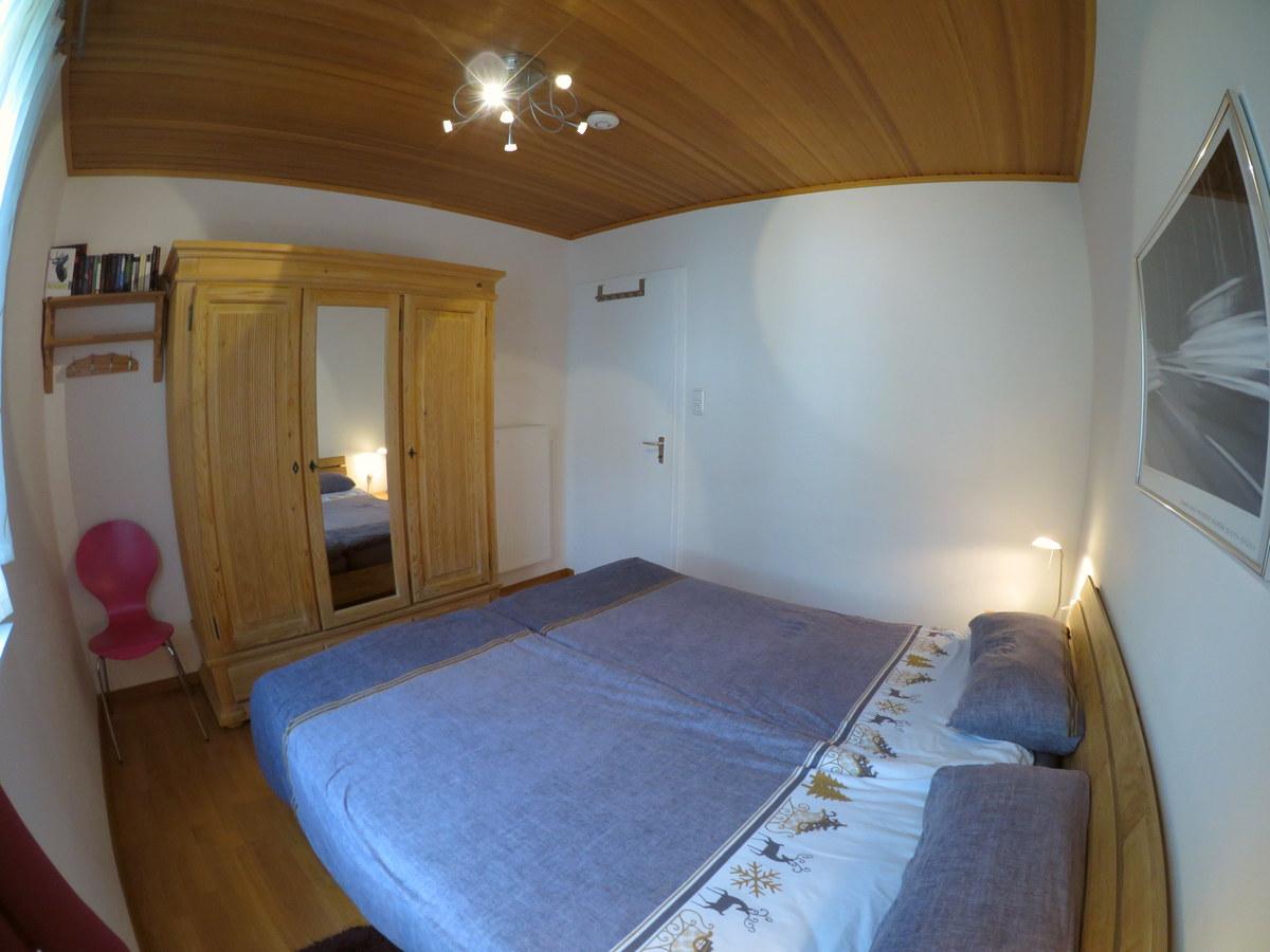 Elternschlafzimmer:Neue Bettmöbel mit neuen Matratzen, Decken, Kissen