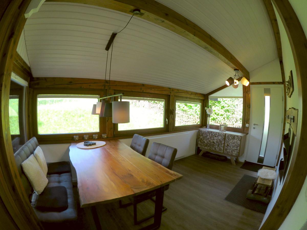 Anbau als weiteres Zimmer:An den Fenstern neue Plisseerollos