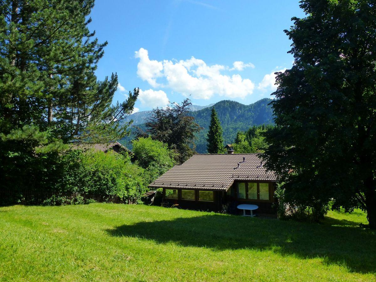 Viel Platz....:Naturnahe Wiesen rund ums Haus und Blick auf die Allgäuer Berge