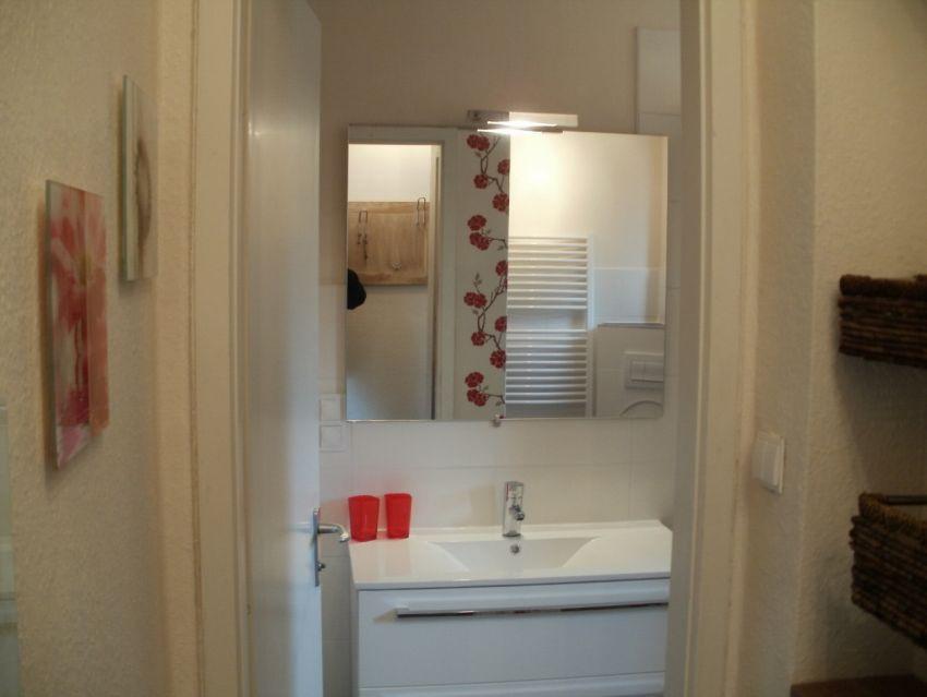 Bad:Das Badezimmer wurde vergrößert und ist jetzt mit der Toilette zusammengelegt. Dadurch ist ein heller und großzügigerer Raum entstanden.