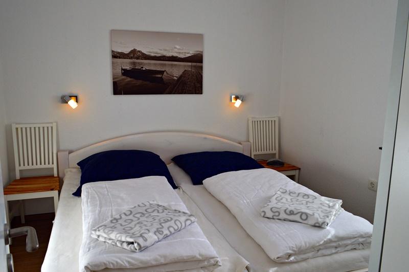 Elternschlafzimmer:Elternschlafzimmer mit 180 cm *200 cm Bett, Schiebeschrank und Ablage