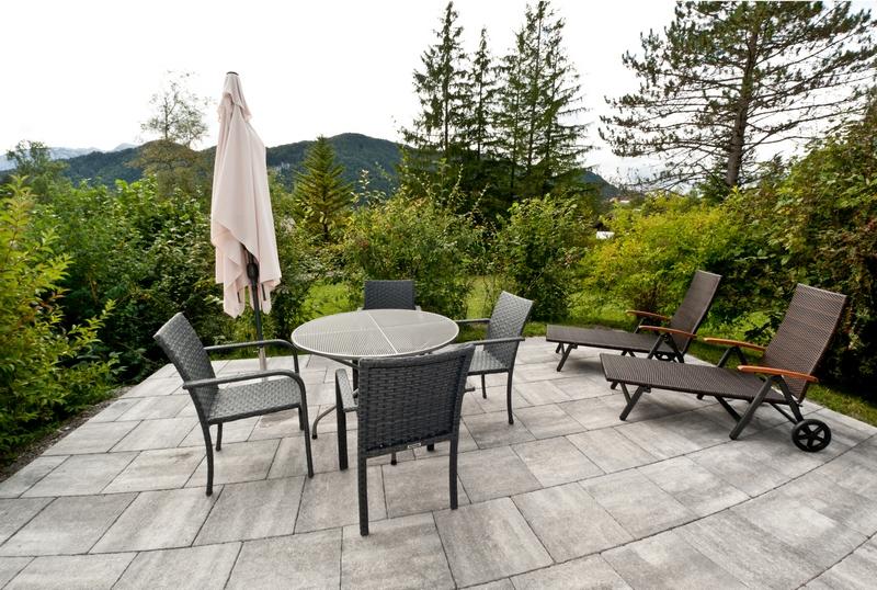 Terrasse:Voll möbelierte sonnige Terrasse