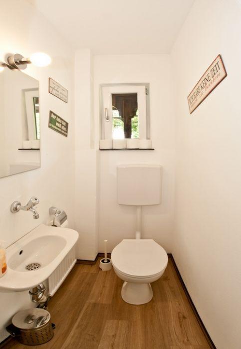 WC:Das WC ist vom Badezimmer getrennt
