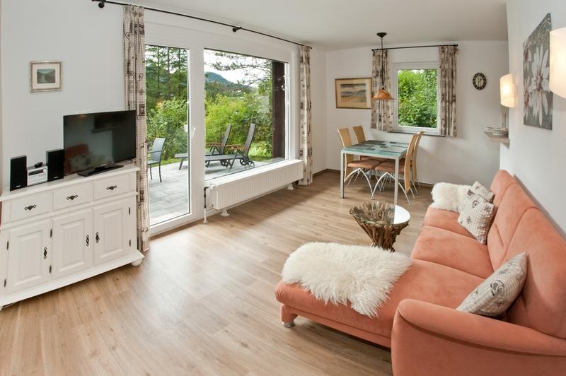 Wohnzimmer mit Bergblick:Das großzügige Grundstück mit 700qm bietet einen schönen Blick.