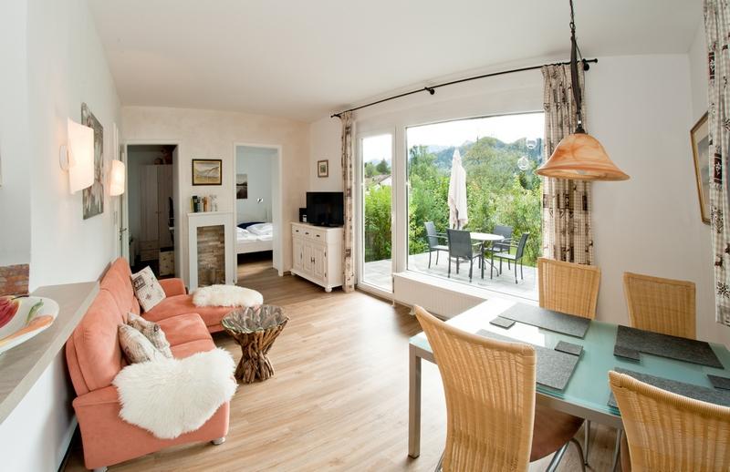 Wohnzimmer:3-Sitzer-Sofa mit Blick Richtung der beiden Schlafzimmer