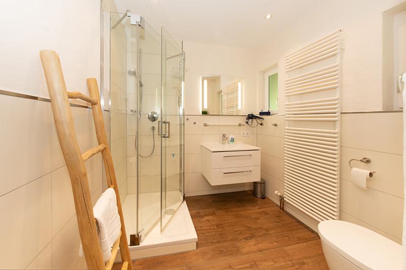 Bad:Bad mit Dusche, Toilette und Fußbodenheizung