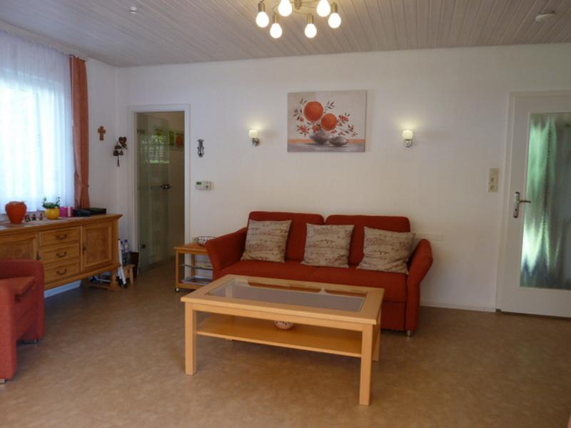 Wohnzimmer:linke Tür Küche rechte Tür zum Flur