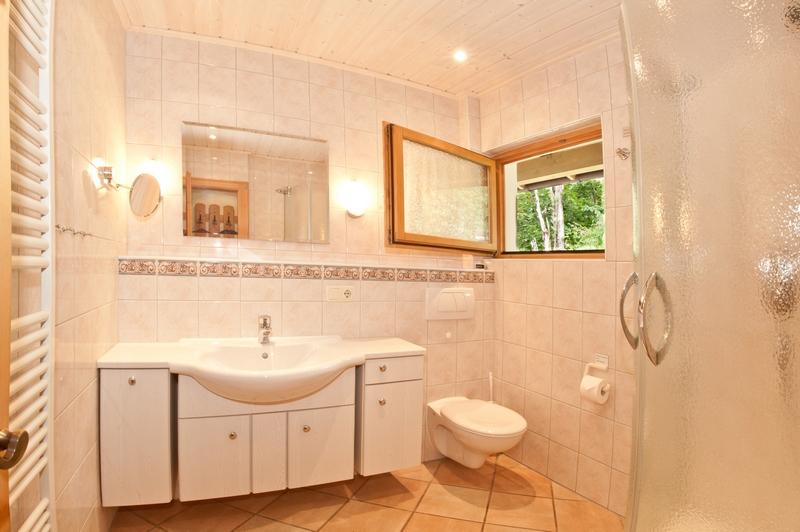 Badezimmer:Großzügiges Badezimmer mit integriertem WC