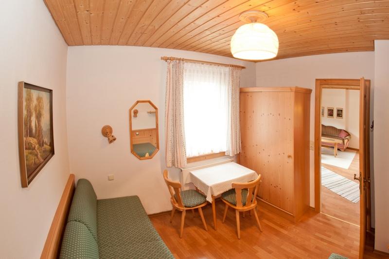 2. Schlafzimmer:Mit kleinem Spiel und Basteltisch