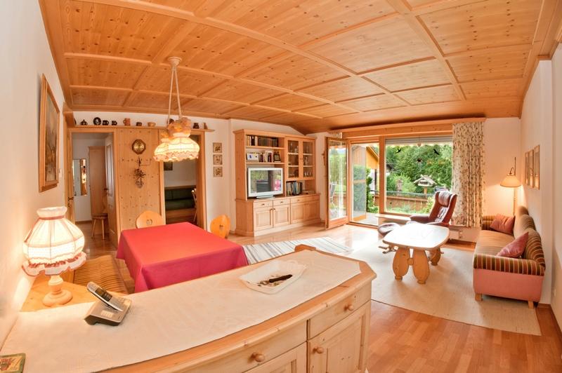 Wohnzimmer:Der Blick geht auf die Terrasse