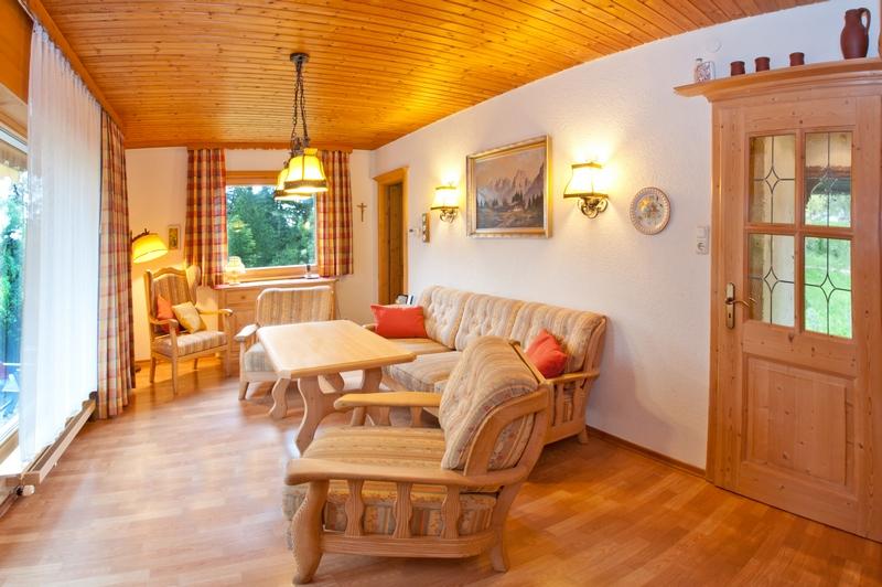 Wohnzimmer:Rustikal im Landhausstil eingerichtet mit Holzböden