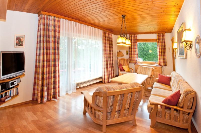 Wohnzimmer:Sitzgruppe mit Fernseher und Blick auf Terrasse