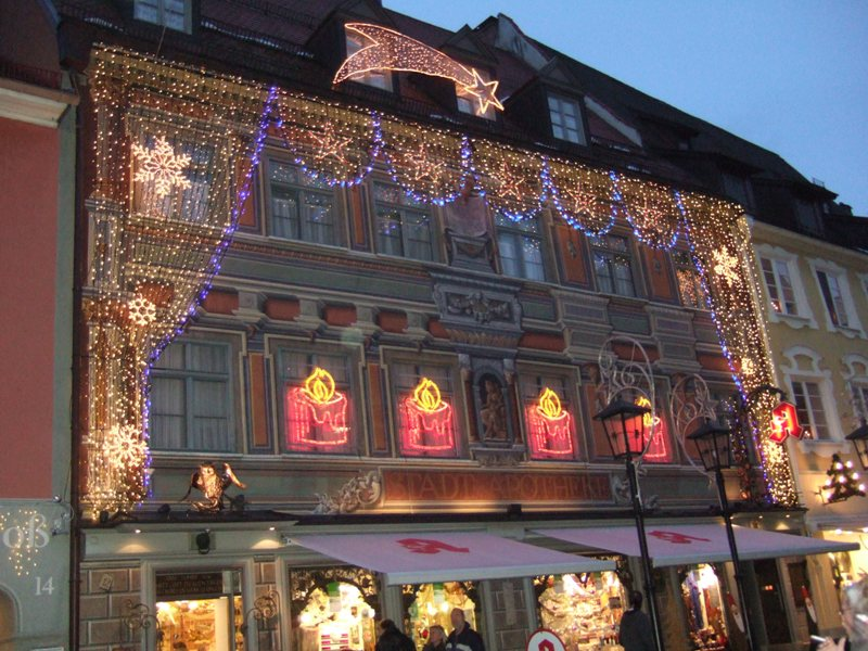 Weihnachten:schön geschmückte Häuser in der Fußgängerzone in Füssen