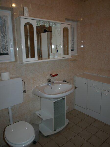 Bad:Das Badezimmer ist mit einer Dusche ausgestattet.