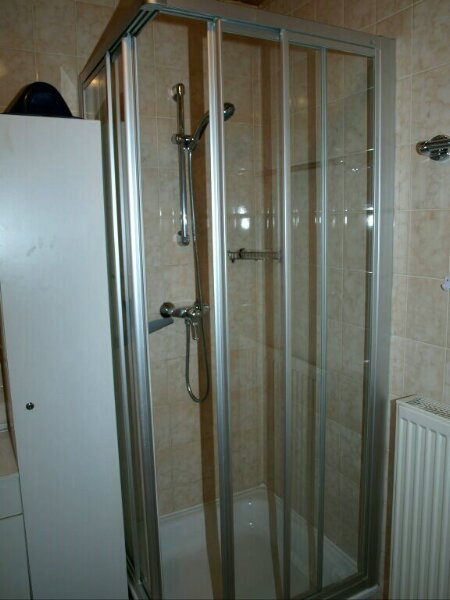 Dusche:Die Dusche hat eine Duschabtrennung aus Glas.