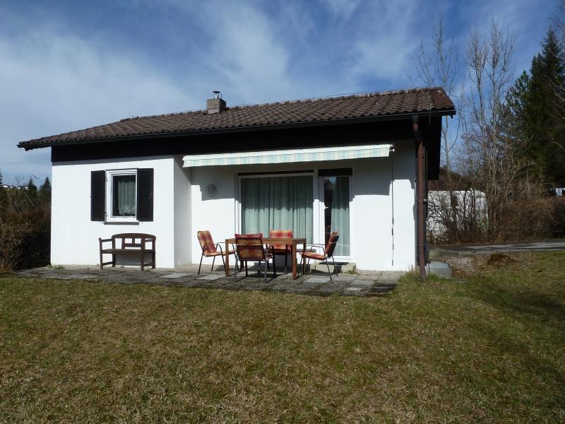 Das Haus:Das Haus hat einen großen Garten. Gartenmöbel und ein Sonnenschirm stehen selbstverständlich zur Verfügung
