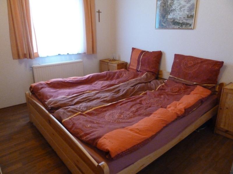 Das große Schlafzimmer:Im großen Schlafzimmer befinden sich zwei Betten.