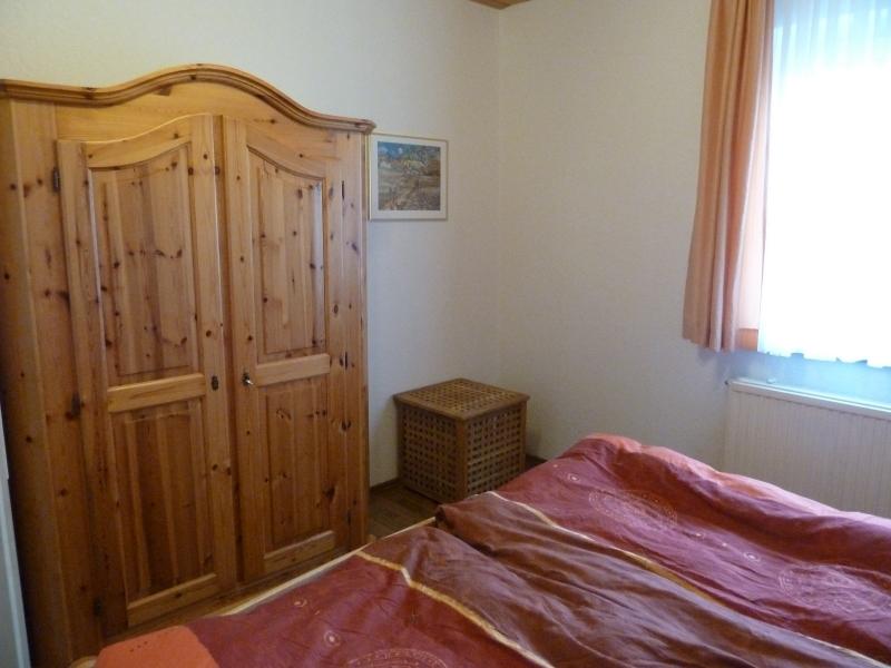 Das große Schlafzimmer:Ein Schrank und eine Wäschetruhe sind vorhanden