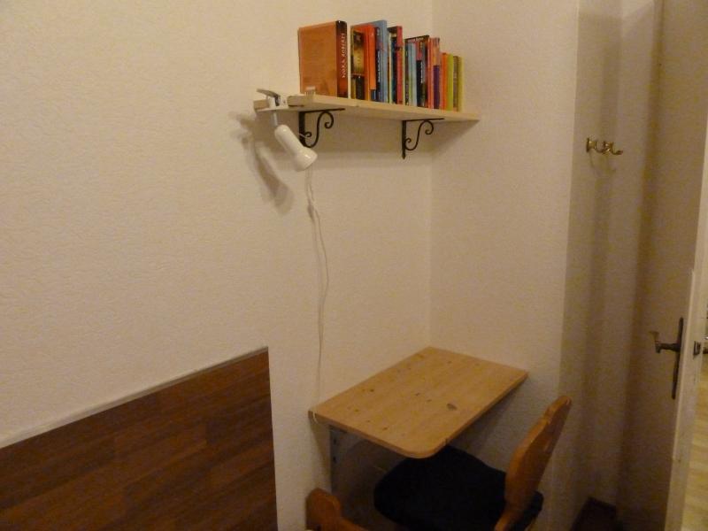 Das zweite Schlafzimmer:Hier besteht durch einen kleinen Tisch die Möglichkeit zu lesen (einige Bücher sind vorhanden) oder per W-LAN im Internet zu surfen