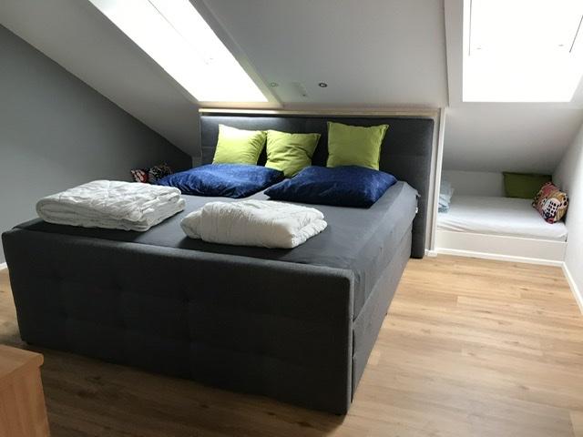 Schlafzimmer :Elternschlafzimmer mit Boxspringbett und 2 Kinderbetten in der Nische Maße   Je 0,90 x2.00 mtr